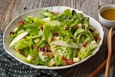 Get your veggies with this deliciously complex Mixed Green Salad with Apples & Cheddar. This recipe is set to become a staple salad on your table. Beet Salad Recipes, Avocado Recipes, Healthy Recipes, Delicious Recipes, Healthy Food, Pizza Pasta Salads, Pomegranate Salad, Cranberry Recipes, Kraft Recipes