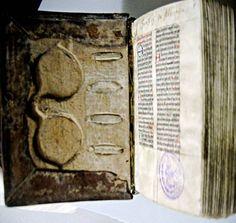 En la Biblioteca de Universida de Freiburg (MS L 64) se conserva un excepcional breviario cisterciense, datado en la segunda mitad del s.XV cuya tapa delantera ha sido trabajada para albergar unas gafas Rarissimo manoscritto del 1512 circa che ha nel piatto anteriore della legatura un incavo sagomato per conservare gli occhiali.