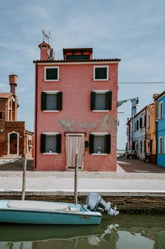 Burano an island in Venice Italy, is known for its characteristic colourful fisherman houses. Burano is predominantly known for it's lacework. When in Venice, you must stop at Burano for a visit. Home Decor Items Online, Home Decor Uk, Upcycled Home Decor, Venice Travel, Italy Travel, Yellow Home Decor, Passport Travel, Blue Boat, Pink Houses