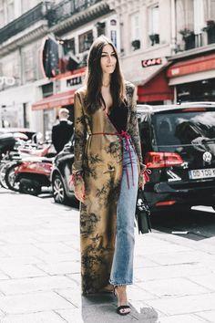 Kimono entretiempo Las versiones más sofisticadas también encajan a la perfección con looks de día que quieren subir el tono, tal y como ilustra esta imagen de la diseñadora Giorgia Tordini, en la que el kimono se convierte en la clave de un look construido con muy pocos elementos pero muy bien escogidos.