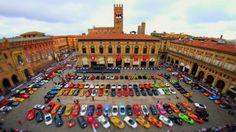 Lamborghini-Treff auf der Piazza Maggiore in Bologna in der Region Emilia Romagna (Via @Cantforgetitaly Photo by:Edoardo Cicchetti)