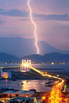 Lightning-strikes-over-Danang-city Danang, het hart van Vietnam. Het economisch handelscentrum van Centraal-Vietnam. De moderniteit straalt er vanaf. #3TBBC #NHTV