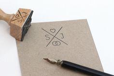 **Liebevoll gestalteter Stempel für eure Kuverts oder Karten, die Gastgeschenke oder Dankeskarten!**  · Holzstempel  3 x 3 cm  Der Stempel wird entsprechend der Anfangsbuchstaben eurer Namen...