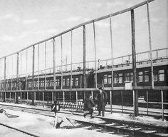 """Päämajajuna Seinäjoen rautatieasemalla. Juna oli turvallisuussyistä ympäröity kuutisen metriä korkealla teräsverkkoaidalla, josta syystä päämajaa kutsuttiin """"kanahäkiksi""""."""