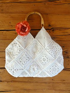Romantic Granny Bag by Rita Reichmuth. In German, the English version is via translate button. The pattern is for layout and lining, for making a bag out of your own assortment of squares.