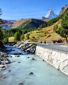 O Matterhorn - também conhecido como a imagem do chocolate Toblerone - é essa linda montanha, que fica na cidade de Zermatt no canto alemão dos Alpes Suíços. Além da beleza natural da região, há uma estação de esqui  e um vilarejo super fofo, aconchegante e típico suíço. Para quem curti esquiar, ou simplesmente uma bela paisagem, relaxar, e um fondue com bom vinho, pra lá de recomendado!