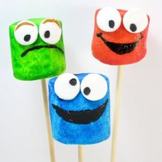 These Sesame Street Marshmallow Pops are too cute! A simple snack the kids will love.