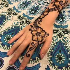 Simple Henna Design @hennaesthetic