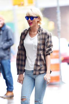 Taylor Swift keeps it cool and casual as she runs last minute errands in NYC ahead of Met Ball Taylor Swift in New York City – May 2016 Taylor Swift New York, Taylor Swift Casual, Taylor Swift Moda, Estilo Taylor Swift, Taylor Alison Swift, Red Taylor, Zooey Deschanel, Pennsylvania, Hipster