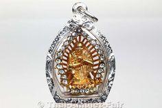 Sehr seltenes vergoldetes Ruup Muean Ruun Aekkalak Liam Ploy Sao 5 Koon Phan Laan Thai Amulett des ehrwürdigen Luang Pho Koon Parisuttho, Abt des Wat Banrai in Kut Piman, Amphoe Dan Khun Thod, Changwat Nakhon Ratchasima (Khorat), Isaan, Thailand, aus dem Jahr BE 2537 (1994).  Das Amulett befindet sich in einer handgefertigten und wasserdichten Silbermaßfassung, die von unserem Gold- und Silberschmied komplett in Handarbeit gefertigt wurde.
