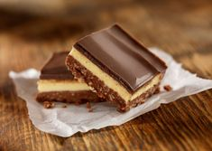 Classic Layered Nanaimo Bars Recipe These Nanaimo bars are delicious no-bake three layer cookie bars. The layers are made with pudding, chocolate, and cookie crumbs. Make Ahead Desserts, No Bake Desserts, Dessert Recipes, Coconut Desserts, Chocolate Topping, Melting Chocolate, Chocolate Squares, Chocolate Chips, Best No Bake Cookies