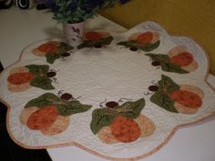 Toalha com aplicação de abóboras | Centro de mesa, com aplic… | Flickr Applique Patterns, Wall Patterns, Quilt Patterns, Quilted Table Toppers, Quilted Table Runners, Fall Crafts, Diy And Crafts, Mantel Redondo, Wool Mats