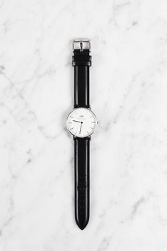 The Daniel Wellington 'classic sheffield lady' watch was on my wish list for quite some time: simple, clean and a black leather strap. You want one to, read more for a discount code! Daniel Wellington Classic, Daniel Wellington Watch, Diy Bathroom, Minimal Classic, Minimal Chic, Elegant Watches, Trendy Watches, Diy Crafts Jewelry, Homemade Jewelry