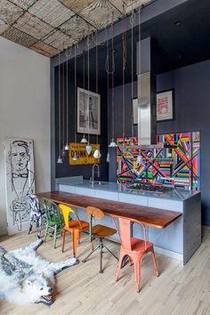 Cette cuisine ouverte offre ses couleurs au séjour de style loft à New York