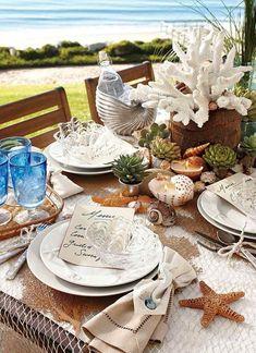 Strand Tischdekoration mit romantischem Netz als Tischdecke und Sukkulenten
