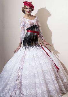Magnifique robe de miss France (Camille Cerf) représentant la France pour miss monde par un franc-comtois : Romuald Bertrand. Robe entre France du passé et France fashion de l'avant-garde !