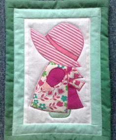 napkalapos Zsuzsi rózsaszín-zöldben/Sunbonnet Sue in pink and green