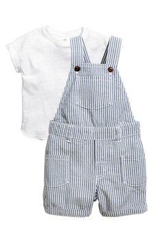 Conjunto de camiseta y peto. Camiseta en punto flameado de algodón con botón en un hombro, dobladillo cosido en las mangas y bajo redondeado con borde sobre
