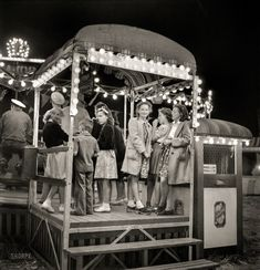 In line for the Tilt-A-Whirl, Carnival of the Circus, Klamath Falls, Oregon. Photo by Russell Lee for the Office of War Information, July 1942 Vintage Photographs, Vintage Photos, Vintage Circus, Retro Vintage, High Resolution Photos, Historical Pictures, Photo Archive, Roller Coaster, Old Pictures