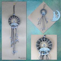 Attrape rêve romantique gris bleu, chat de soie bleu sur anneau bois 7 cm - longueur 32 cm - Un grand marché Decoration, Dream Catcher, Dimensions, Culture, Home Decor, Unique, Curtain Ring, Dream Catchers, Blue Grey