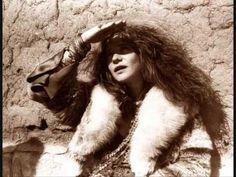 Janis Joplin (1943 1970). Divenne nota verso la fine degli anni sessanta come cantante del gruppo Big Brother and the Holding Company, e successivamente per ...