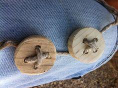 houten knopen.....WoodXL  Houten knopen maken. Gordijnen maken van lichte spijkerstof en witte dikke stof. Dan banen aan elkaar bevestigen dmv knopen en knoopsgaten!