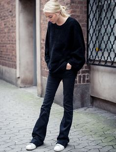 ★ ★ ★ ★ ★ five stars (black flare jeans, all white sneakers, black oversize pullover)