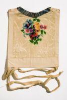 Ca1930 kwamenkroplappen van zijde met in verf opgespoten bloemen. Ontworpenen vervaardigd door schildersbedrijf familie Tol in Volendam. Tol leverde aan winkels, maar ook op bestelling aan particulieren. Voor rozen werd autoflex-verf gebruikt die machinaal op stof werd gespoten. Verschillende kleuren werden met aparte sjablonen aangebracht. Zulke kroplappen heetten geschilderde kralappen. Daarmee onderscheiden van kralappen met opgespoten motieven in andere techniek. #NoordHolland…