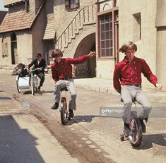 Monkee's Micky Dolenz and Peter Tork on Monkee Unicycles Monkees Songs, The Monkees, Classic Tv, Classic Rock, Michael Nesmith, Peter Tork, Family Tv, Pop Rock Bands, Davy Jones
