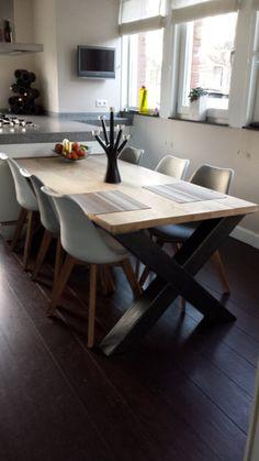 Industriële tafel met een eikenblad en een stalen X onderstel (41220141001RECHT)   Tafels industrieel   JORG`S Houten Meubelen