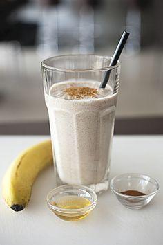 Banana Smoothie banana smoothie 1 banaan 1eetlepel honing 1theelepel kaneel 200 ml kokosmelk 10 ijsblokjes Dit alles in de blender voor 45 sec. Garneer met een snufje kaneelpoeder.