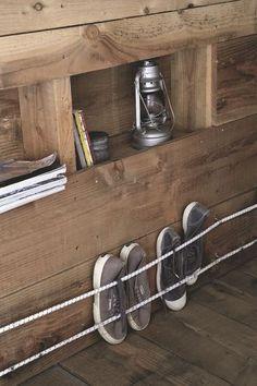Même dans une cabane en bois, les rangements ne manquent pas - 90 m2 pour une cabane DIY familiale - CôtéMaison.fr