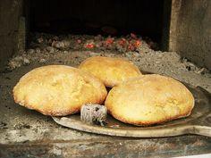 MUFFETTA o MUFFOLETTA scietta o maritata con ricotta  La muffuletta è un pane molle e spugnoso. La produzione di questo prodotto consiste nella muddiata dell'impasto, cioè nell'ammorbidire l'impasto con l'aggiunta di una percentuale di acqua maggiore rispetto a quella impiegata per la preparazione del pane. La forma è prevalentemente rotonda, talvolta schiacciata, con poca mollica; altre volte più alta, con mollica alveolata ed umida.