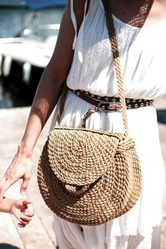 Get en trend accessories by using a crochet bag pattern like this and string, twine , thin rope or rattan , DIY fashion with a hook idea.For Saint Tropez Crochet Tote, Crochet Handbags, Crochet Purses, Crochet Pattern, Diy Crochet, Crochet Ideas, Round Bag, Macrame Bag, Boho Bags