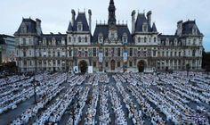 """الآلاف يشاركون في """"العشاء بالأبيض"""" أمام بلدية باريس: شارك نحو 8 آلاف شخص في """"العشاء بالأبيض"""" السنوي، في فناء مقر بلدية باريس رغم حالة…"""