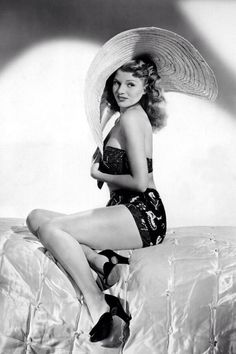 Rita Hayworth, Here's our next look for Ibiza sorted. Rita Hayworth works a printed bikini, huge sun hat and peep-toe heels. If only pin up vintage fashion style icon movie star portrait beach summer Old Hollywood Glamour, Golden Age Of Hollywood, Vintage Glamour, Vintage Hollywood, Hollywood Stars, Vintage Beauty, Classic Hollywood, Hollywood Icons, Rita Hayworth