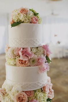 Torta nuziale a piani con fiori rosa e bianchi. Guarda altre immagini di torte nuziali: http://www.matrimonio.it/collezioni/torte_nuziali/5__cat