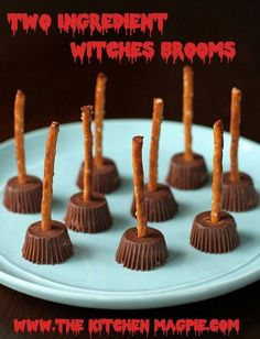 Two Ingredient Halloween Witches Brooms using peanut butter cups and pretzels. Check out my pictures and directions for the how-to! essen besen Two Ingredient Halloween Witches Brooms Halloween Infantil, Bolo Halloween, Halloween Goodies, Halloween Food For Party, Halloween Cupcakes, Holidays Halloween, Halloween Witches, Christmas Parties, Happy Halloween