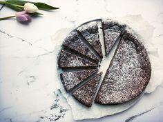 Den bedste chokoladekage er efter min mening en tung, næsten konfektagtig kage med en fyldig chokoladesmag. Det får du i denne lækre opskrift. Healthy Cake, Healthy Sweets, Chocolate Lovers, Chocolate Cake, Diabetic Recipes, Low Carb Recipes, Nutritious Meals, 4 Ingredients, Lchf
