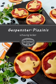 Gespenster-Pizzinis Gespenster-Pizzinis: Kleine Pizzen mit Quark-Öl-Teig und Halloween-Käse-Gespenstern The post Gespenster-Pizzinis appeared first on Halloween Party. Halloween Pizza, Halloween Buffet, Fete Halloween, Halloween Food For Party, Halloween Cakes, Couple Halloween, Easy Halloween, Halloween Treats, Halloween Costumes