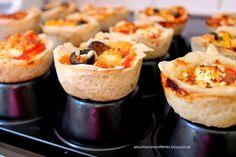 Mini-Pizzen aus der Muffinform {Aufgepimpter Klassiker}    About Loaves and Fishes  {Muffin Pizza}