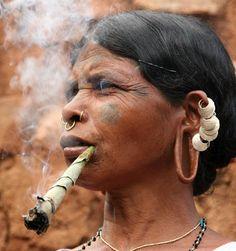 India | Lanjia Saora woman smoking, at Rizangtal village in Orissa | ©Walter Callens