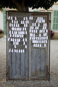 vrai-mariage-les-productions-de-la-Fabrik-la-mariee-aux-pieds-nus-plan-de-table-porte-ancienne-tags