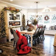20 Minimalist Farmhouse Christmas Decor On A Budget. 20 Minimalist Farmhouse Christmas Decor On A Budget. Christmas can bring back a lot of wonderful memories. The holiday season is a very sentimental time that is often […] Farmhouse Christmas Decor, Country Christmas, Christmas Home, Farmhouse Decor, Christmas Holidays, White Christmas, Christmas Living Room Decor, Christmas Cactus, Christmas Lights