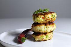 Asian style fishcakes // Asiatiske fiskedeller - anna-mad.dk Fishcakes, Anna, Asian Style, Salmon Burgers, Mozzarella, Pesto, Baked Potato, Sprouts, Dishes