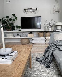 [har du] en tom och tråkig vägg kan öppna hyllor vara en lösning, pyntet kan varieras i mängder efter humör eller årstid! Ha dom…
