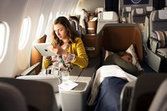 Take a virtual tour of Lufthansa's Business Class full flat seat. Fly Around The World, Aircraft Interiors, Airline Flights, Business Class, Long Haul, Air Travel, Luxury Life, Luxury Travel, Viajes