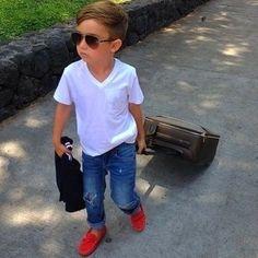 Look de moda: Camiseta Blanca, Vaqueros Azules, Mocasín Rojo