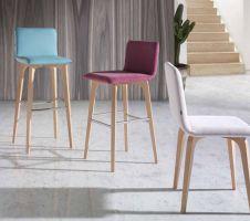 Silla de comedor de diseño con respaldo y asiento tapizado. Patas en madera de haya.