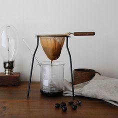 今人気のハンドドリップ式コーヒー。豆の状態や湯の温度、道具の違い等などでその風味は異なります。また用いるフィルターの素材の違いによっても、その風味は大きく変わってきます。ペーパー・ネル・金属の3種のフィルターの特徴について紹介しますので、ぜひ参考にして好みのドリップスタイルを見つけましょう。